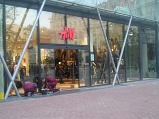 3a5213e59801 A tini ruhákat ott hagyták a Váci utcai boltban, ez valami egészen más.  Három szint, csini ruhák, semmi punkos. Rengeteg kiegészítő: pénztárcák,  ékszerek, ...