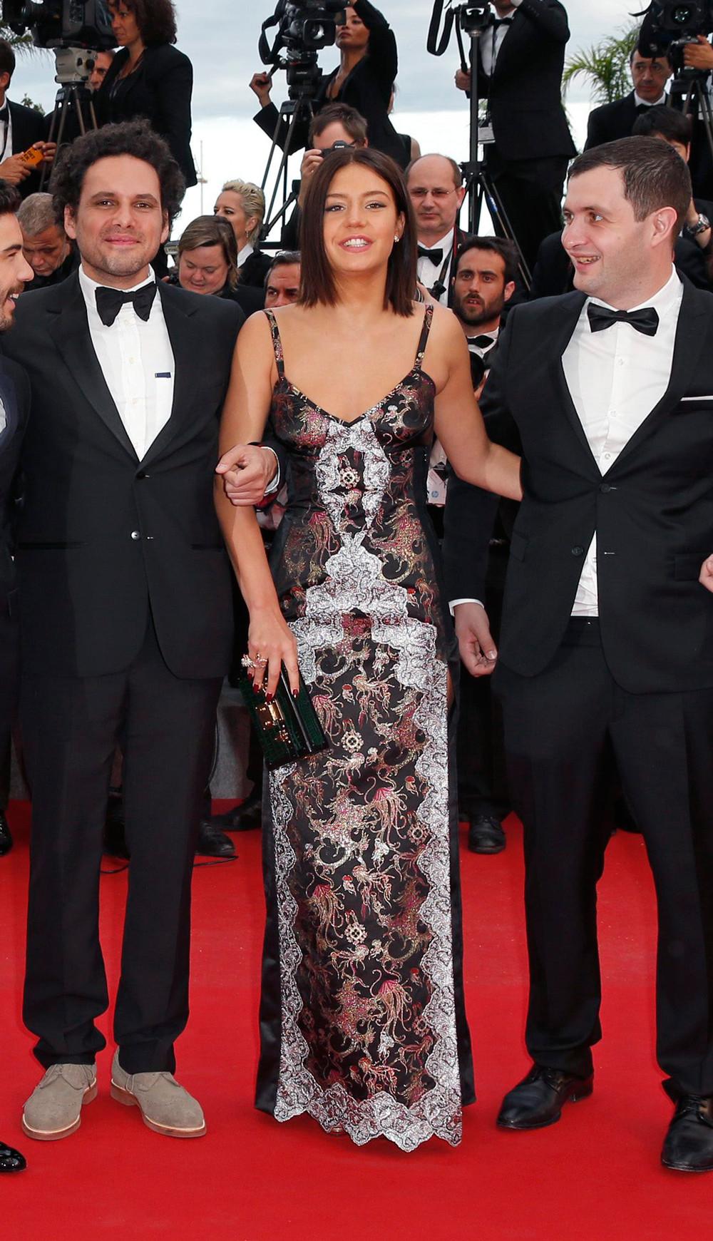 A leírhatatlan nevű Adele Exarchopoulos. A ruhája, ami egy Louis Vuitton darab, kimondottan tetszik és jól is áll neki