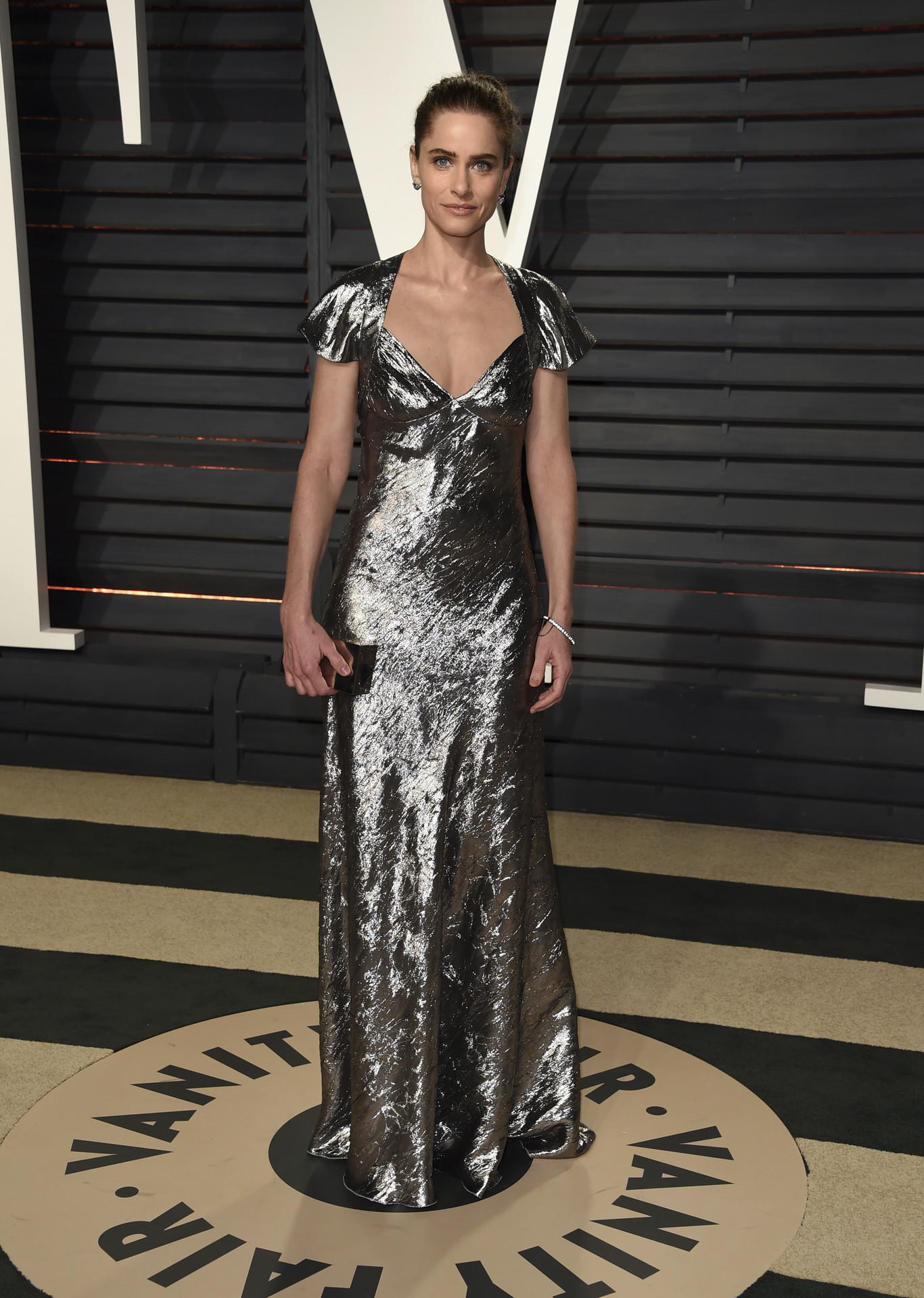 Amanda Peet ezüst Michael Kors ruhában.