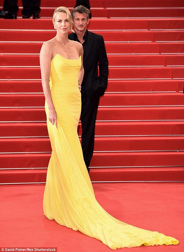 Charlize Theron sárgában