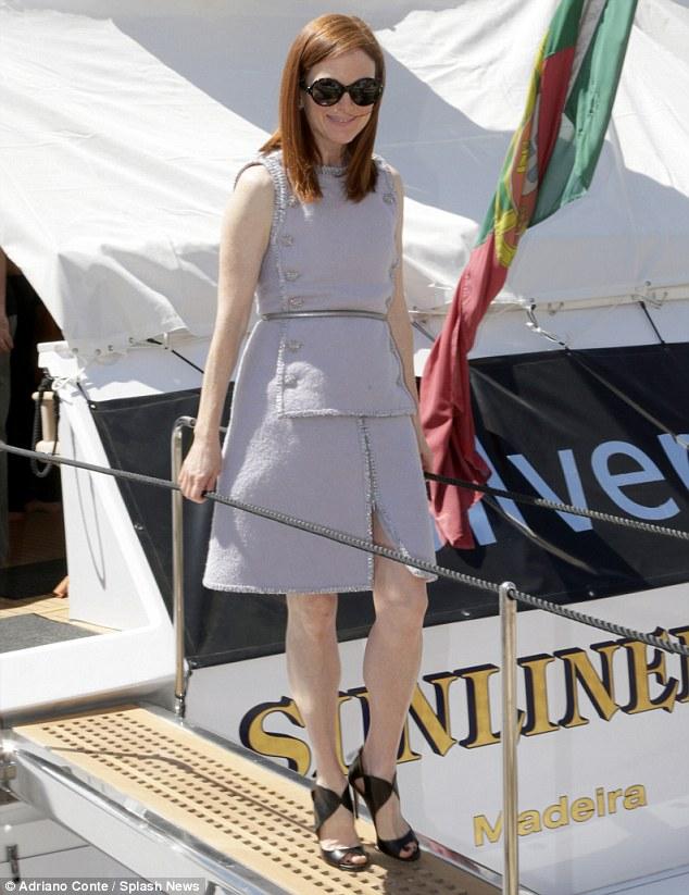 Délutáni Julianne Moore Chanel-ben