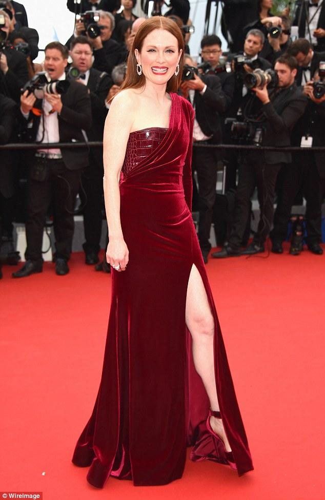 Julianne Moore vörös bársonyban