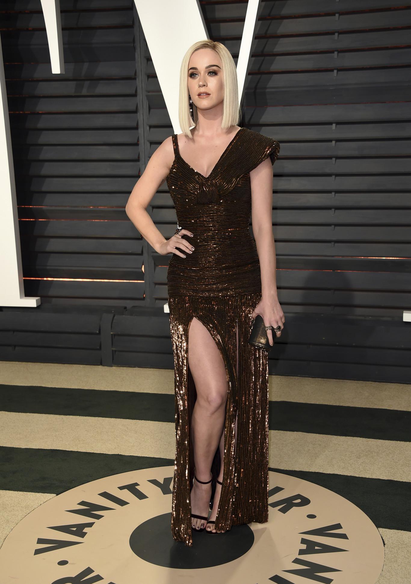 A kiszőkült Katy Perry Jean Paul Gaultier ruhában.