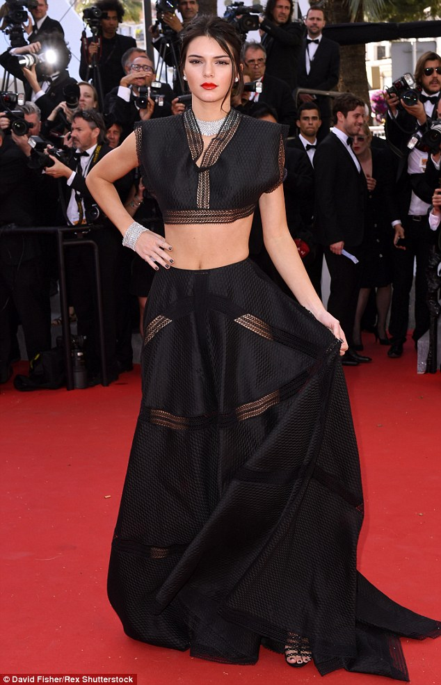 Kendall Jenner hasmutogatós Azzedine Alaia ruhában