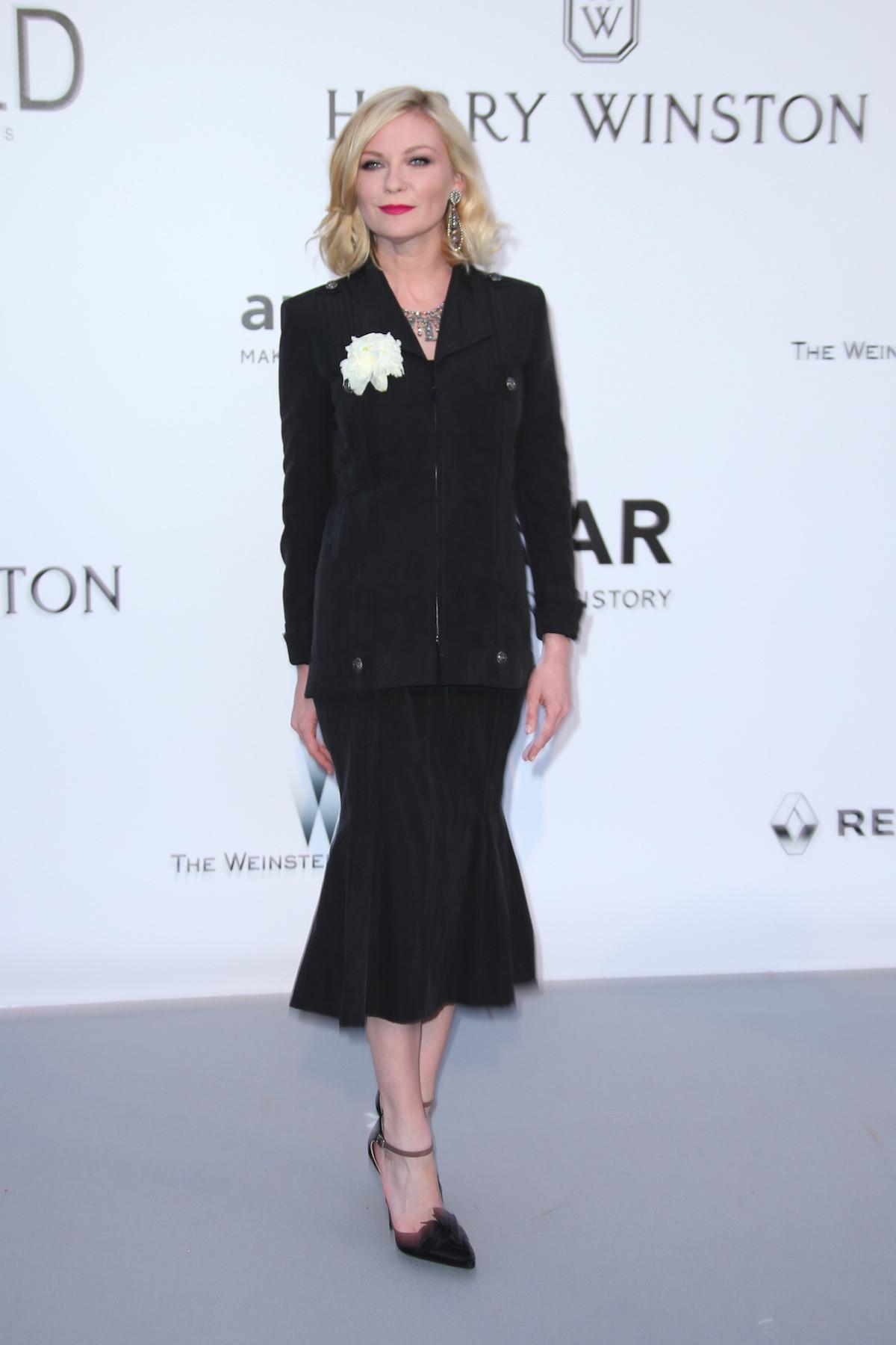 Kirsten Dunst fekete Chanelben. Elég gyászos ez az összeállítás.