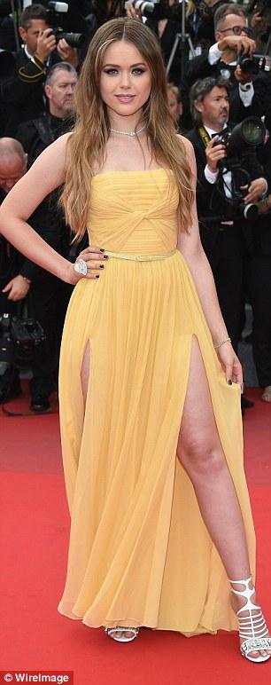 Cristina Bazan (divatblogger) gyönyörű sárga Elie Saab ruhában