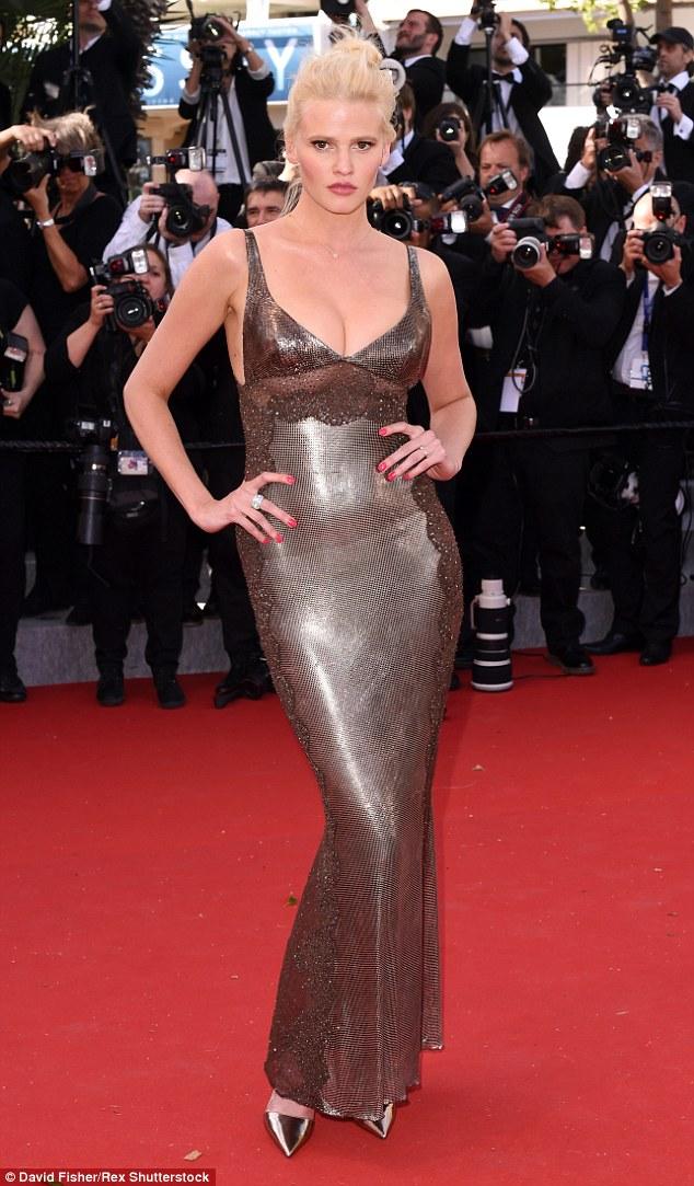 Lara Stone Versace-ben csillog