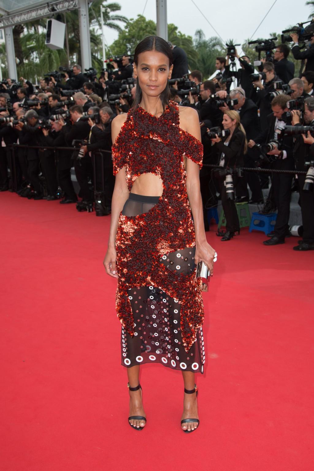 Liya Kebede meglehetősen furcsa öltözetben, egy Proenza Schouler ruhában