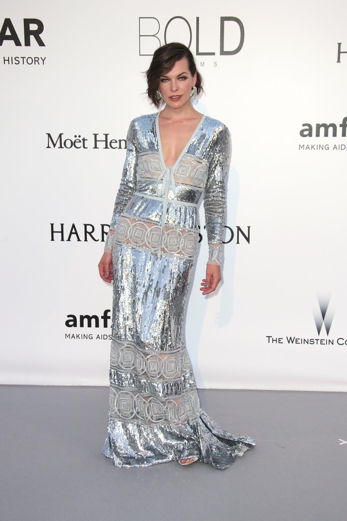 Milla Jovovich ezüstösen csillogó Elie Saab ruhában.