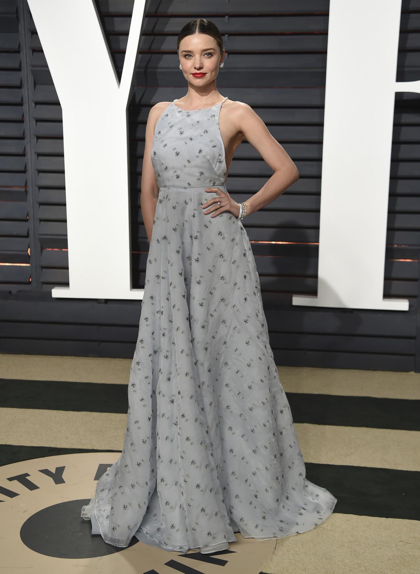 Miranda Kerr egy Miu Miu ruhában feszített.