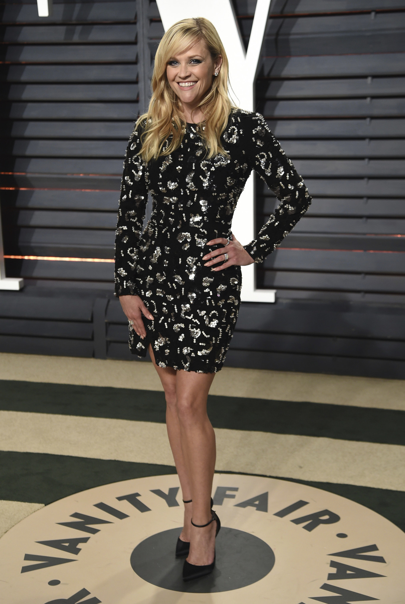Reese Witherspoon egy fekete, mini Michael Kors ruhában.