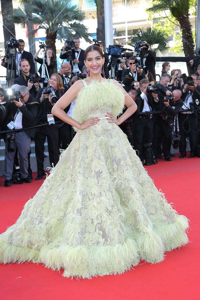Sonam Kapoor már-már elveszik ebben az Elie Saab ruhában