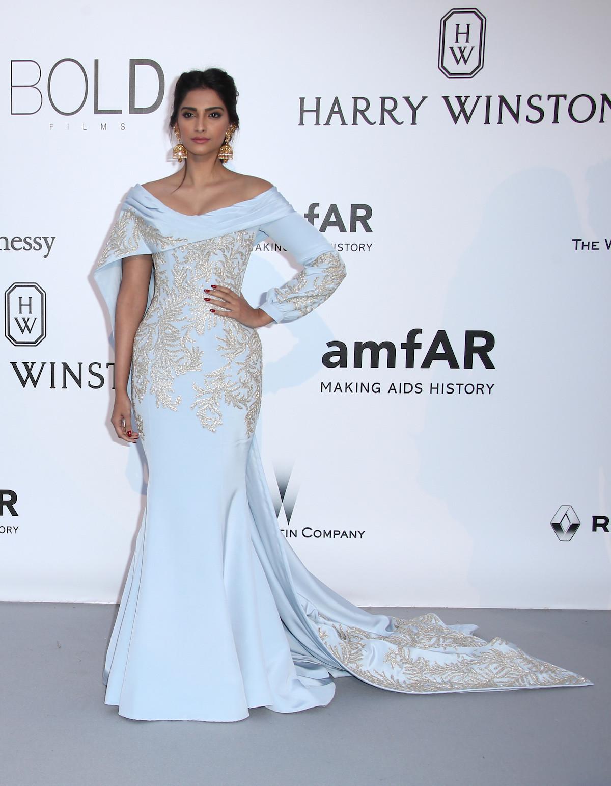 Sonam Kapoor hófehér, arannyal hímzett Ralph & Russo estélyiben. Szép!