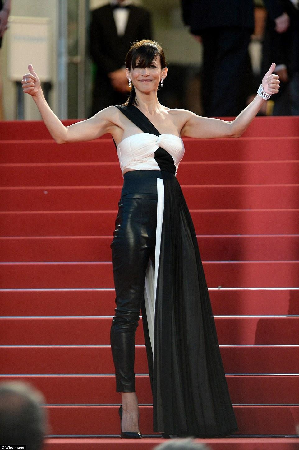 Sophie Marceau fekete-fehér, szoknyában és nadrágban - attól függ honnan nézzük