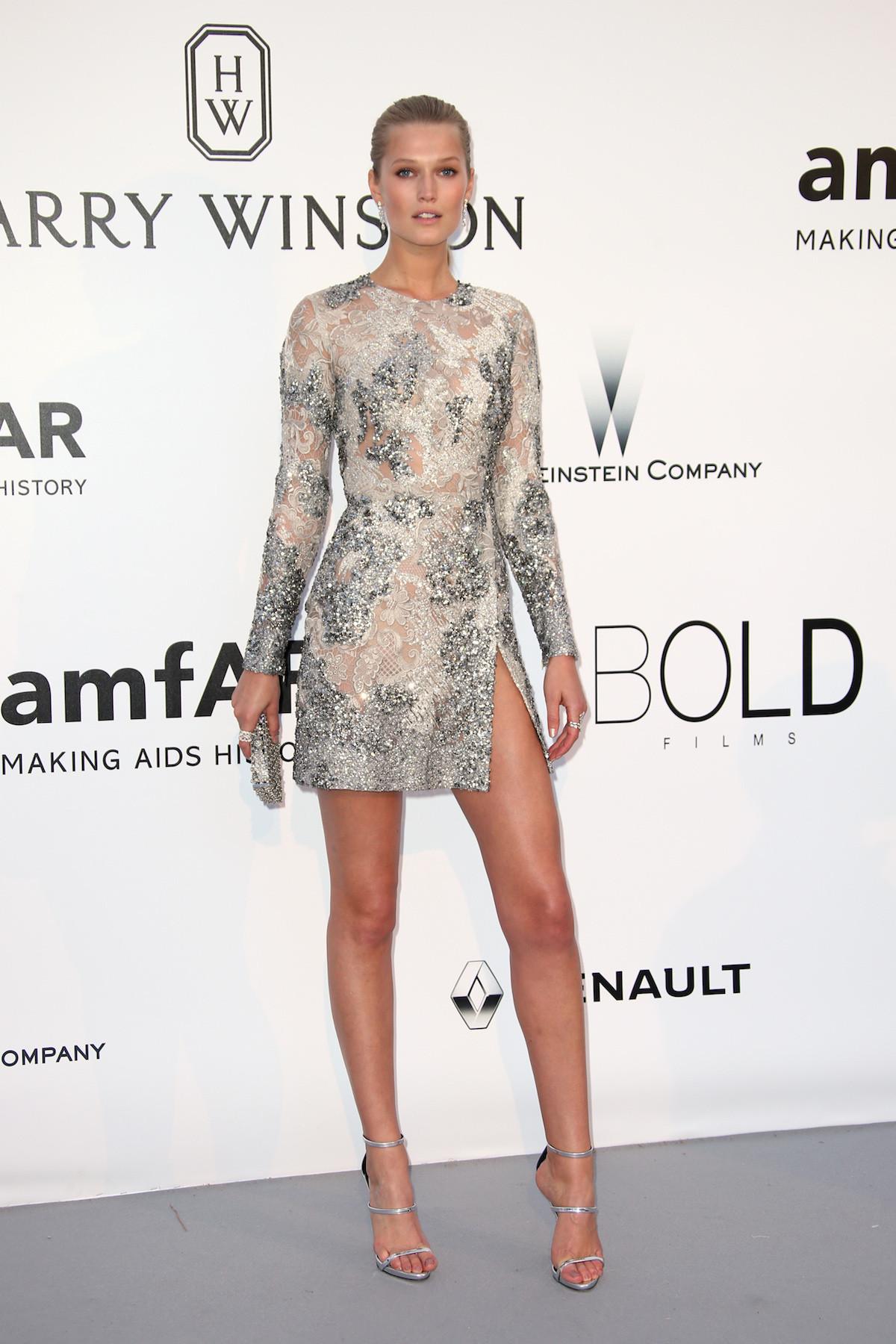 Toni Garrn egy mini Elie Saab ruhában.