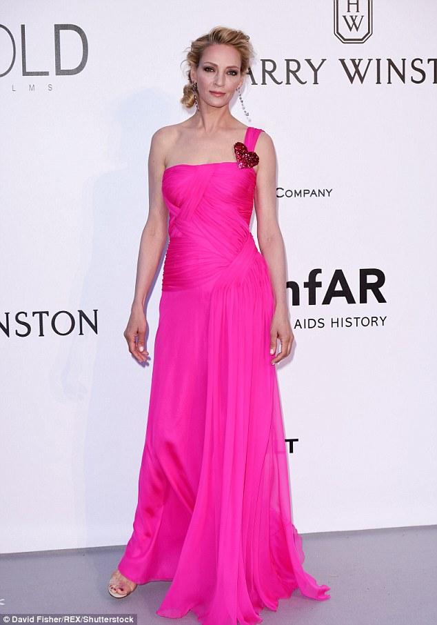 Uma Thurman egy igen élénk pink Schiaparelli Haute Couture ruhában.