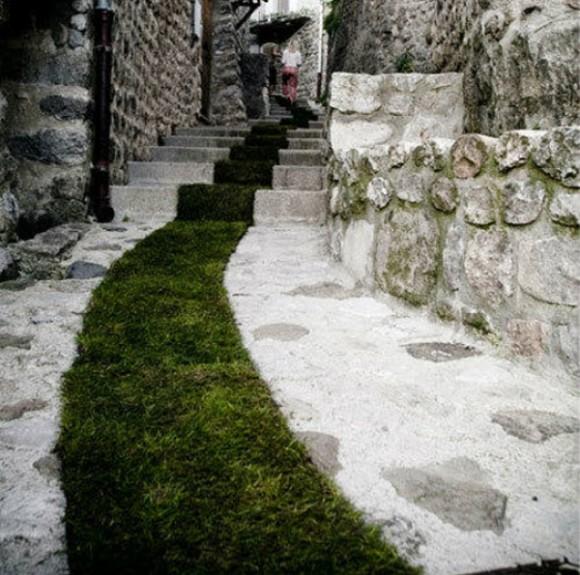tapis-rouge-grass-srip-installation-gessato-gblog-2-580x575.jpg