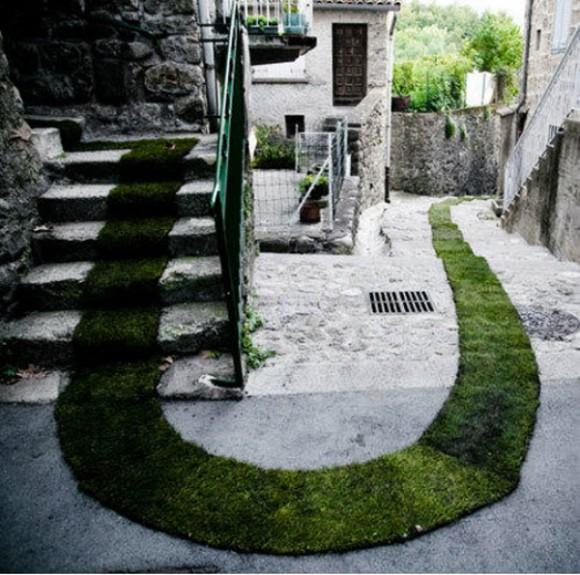 tapis-rouge-grass-srip-installation-gessato-gblog-7-580x575.jpg