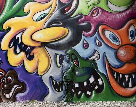 _publish_worksimages_Liu_Bolin_Hiding_in_New_York_No.2_Kenny_Scharf_Mural_2011_LG.jpg