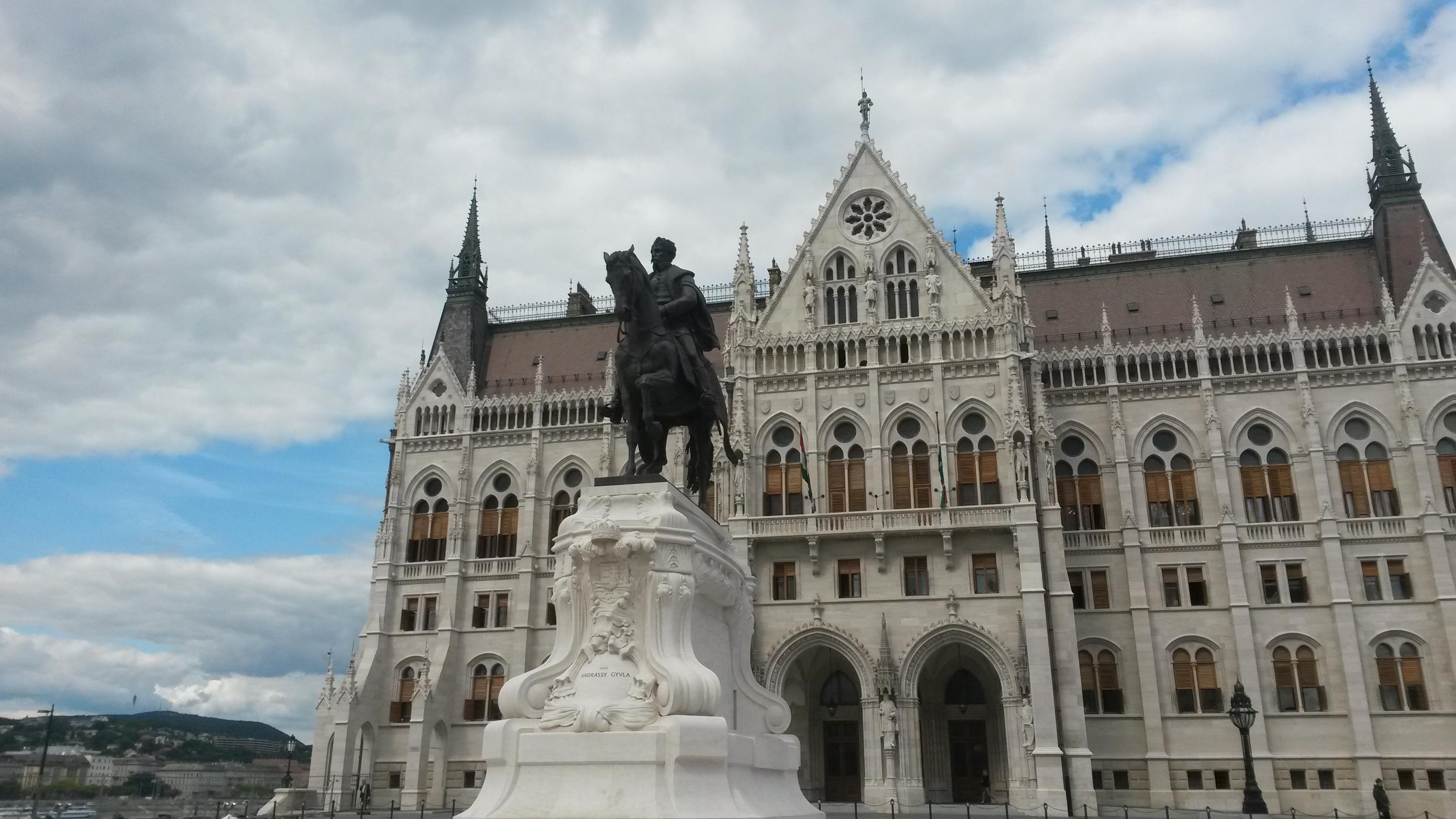 andrassy_gyula_szobra_a_parlementnel.jpg