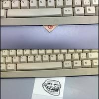 Trollkodás az irodában: A jó öreg pénz a keyboard alatt trükk