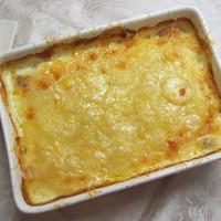 Csőben sült burgonya töményen, azaz sok vajjal, tejszínnel, sajttal