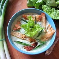Kovászos kenyérrel sűrített salátaleves