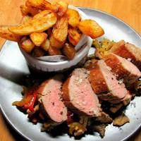 Cajun vacsora disznóból: Serpenyős szűzpecsenye heston-hasábbal és pirított zöldségekkel