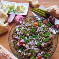 Újévi lencse görög módra feta sajttal, olajbogyóval, házi ciabattával