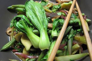 Shitake gomba a szezon zöldségeivel és földimogyorós currymártással