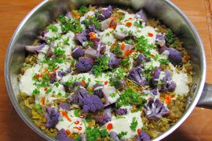 Fűszeres vegetariánus ízbomba: indiai lila karfiolos lencsés rizs.