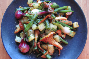 Zöldfűszeres serpenyős zöldségek rókagombával, barna vajjal