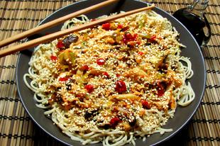 Gyors, üde ízbomba: shitake gombás tészta kínai kellel egyenesen a wokból.
