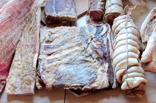 Házi hús- és szalonnaérlelés füstölés nélkül: olcsóbb, finomabb.