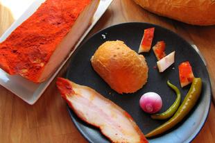 Régimódi klasszikus hentesáru: paprikás abált tokaszalonna