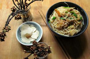 Tonhalas, zöldséges rizstészta vörös curry-val a wokból