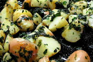 Újkrumpli pirított petrezselyembe forgatva