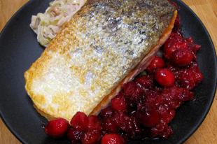 A kövér hal gyümölccsel: serpenyős lazac tőzegáfonyával, póréval