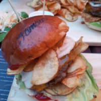 Cápa steak és Bronx burger a Famous-ben