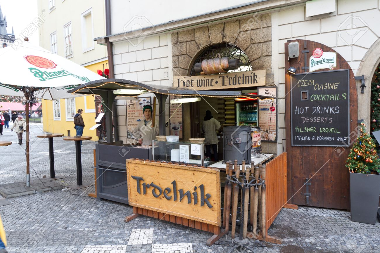 17950808-stand-with-trdelnik-traditional-czech-pastry-prague-stock-photo.jpg