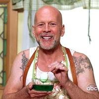 Bruce Willis és a tojásfestés
