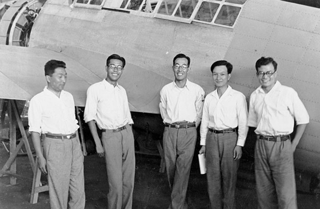 Jiro Horikoshi (középen) és az A6M tervezőbrigád a Mitsubishi gyárban. 1937 július.