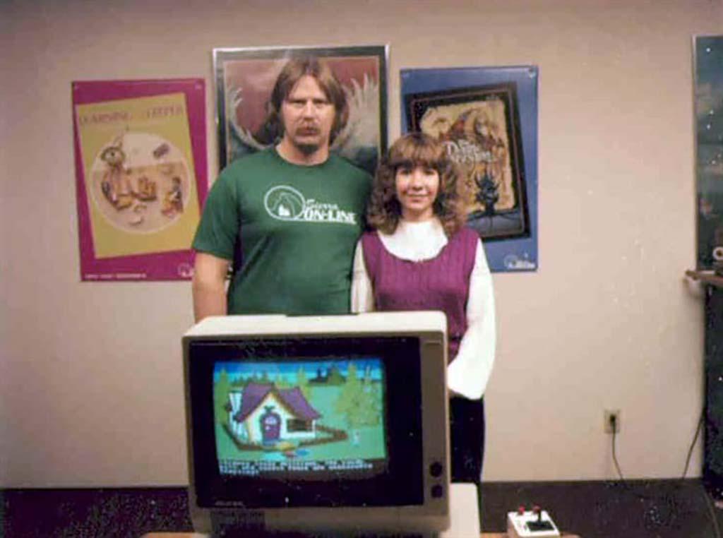 Ken és Roberta valamikor 1984-ben. A képernyőn a King's Quest egyik képernyője a sok közül.