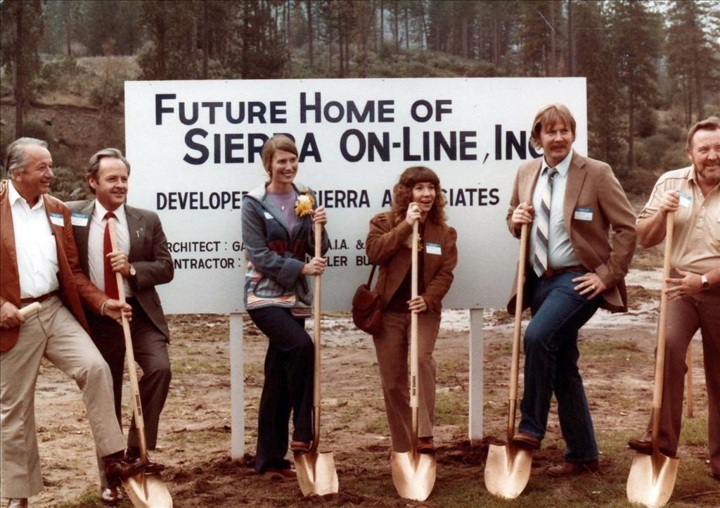 A Sierra On-Line új főhadiszállásának alapzatánál. Balról a negyedik Roberta Williams, mellette jobbra a férje, Ken Williams. 1982, Oakhurst, California.