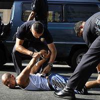 USA kezdődik: Rendőri rajtaütés, és a leköpött polip esete