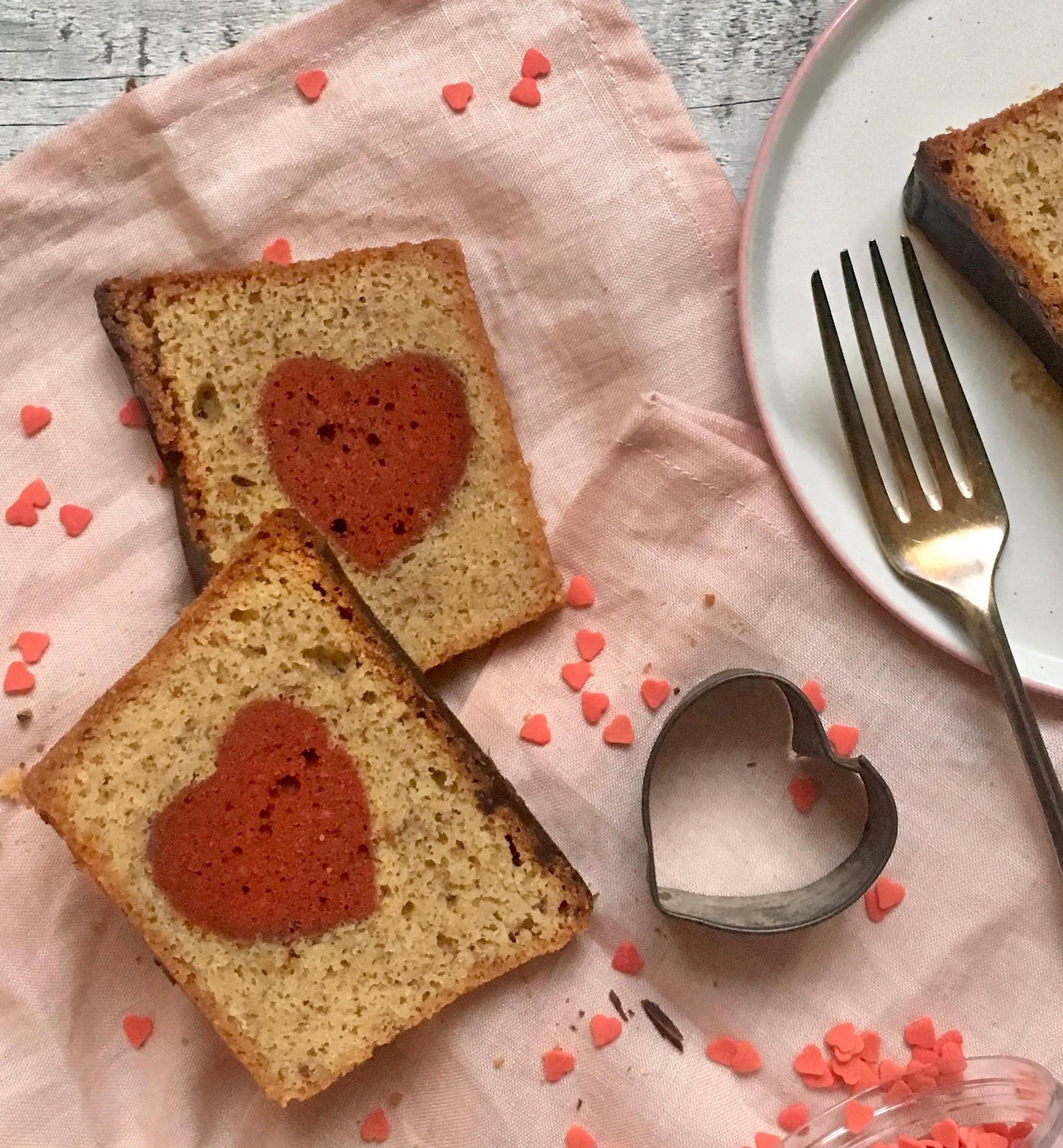 Szívecskét rejtő mandulás süti Valentin-napra