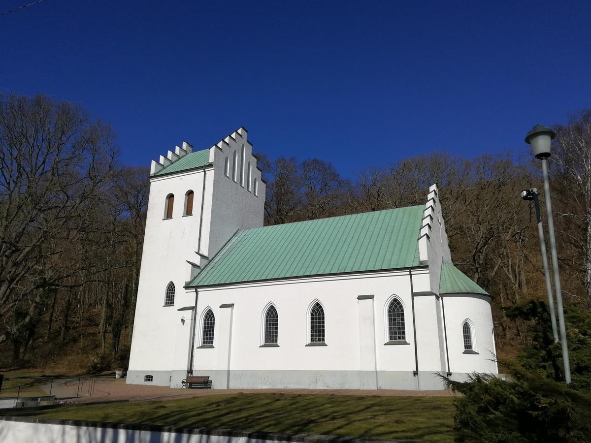 A település temploma, kívül a falun, gyönyörű, erdős, zöld környezetben-