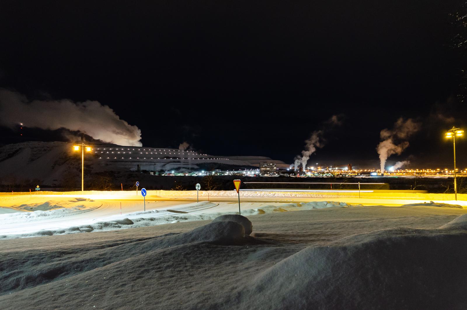 A bánya éjjeli látképe (a messziről aprónak tűnő fényei miatt szerintem időnként pont olyan, mint egy hatalmas, kikötőben horgonyzó hajó)