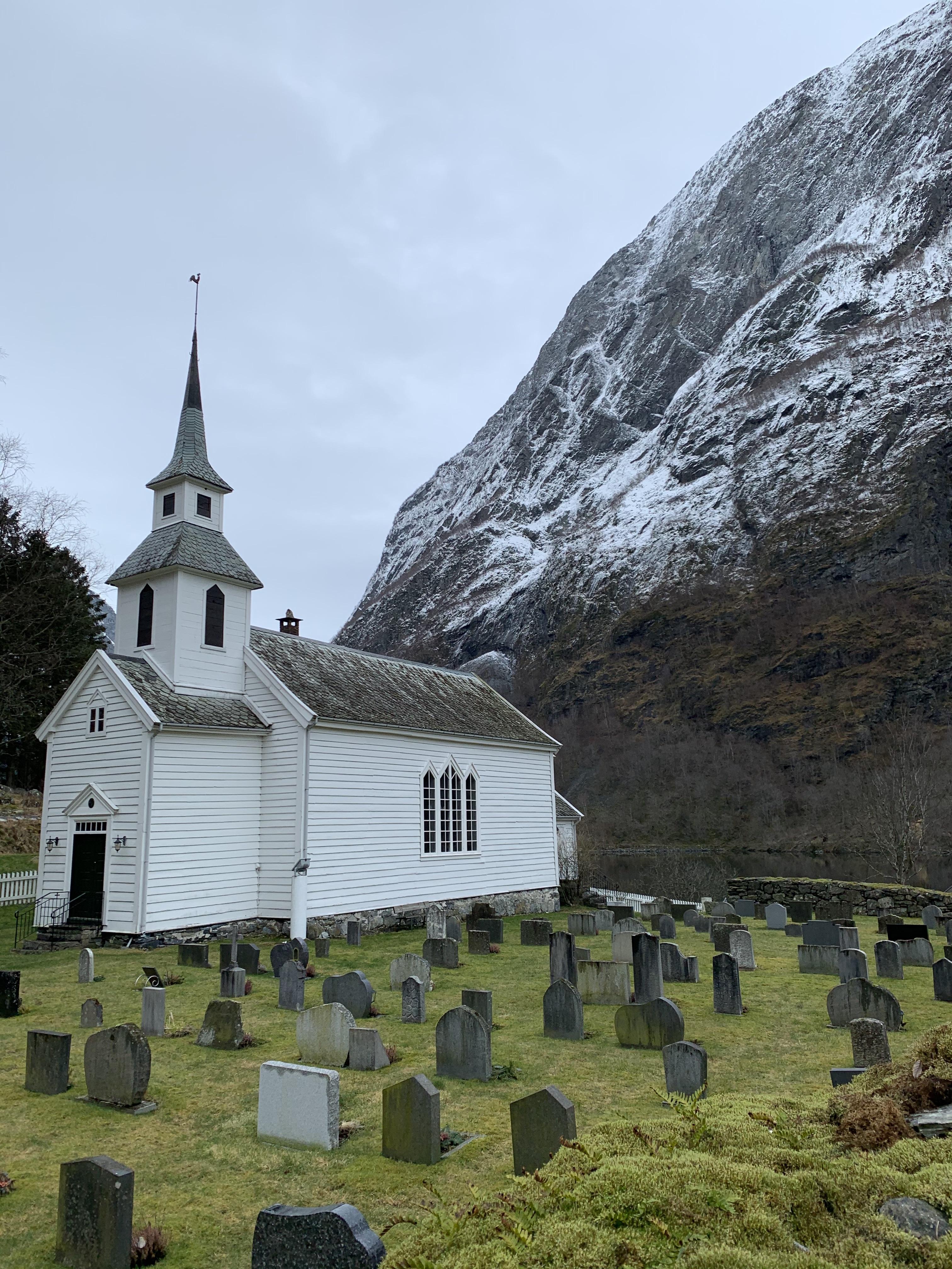 Templom a hegyek lábánál