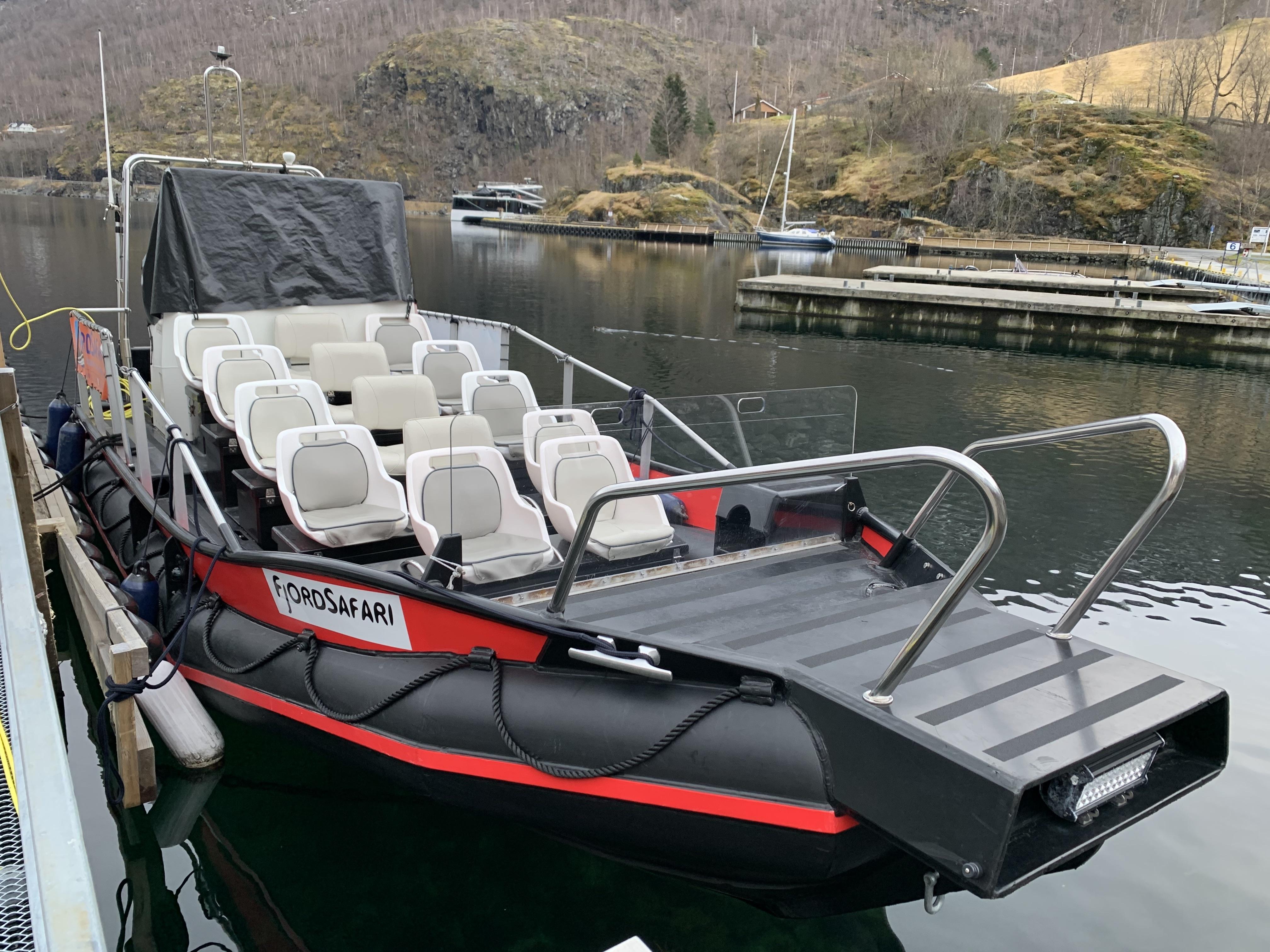 Ezen a hajón utaztunk a fjord szafari alatt